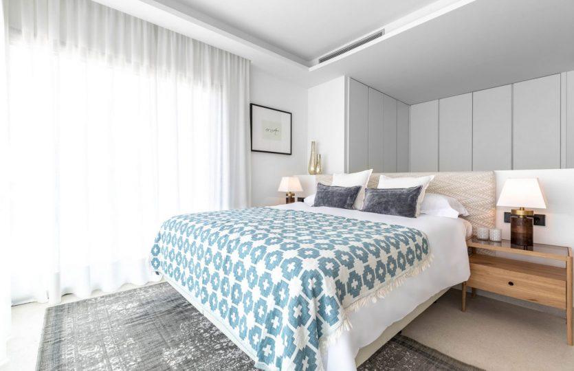 Exclusivos adosados de estilo contemporáneo en primera línea de playa Estepona